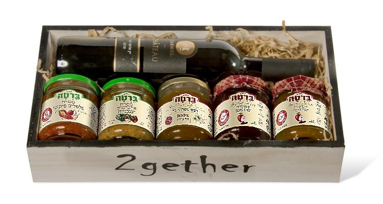 מארז שי חג מכל טוב - יין אדום, דבש, ממרחי גורמה וקונפיטורת תפוח קינמון במארז עץ